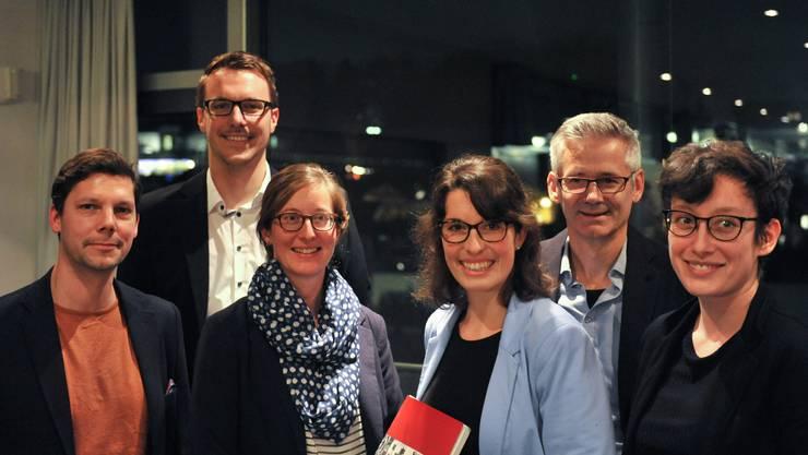 Das Redaktionsteam präsentierte die druckfrischen Neujahrsblätter im vollbesetzten Ennetbadener Turnhallenfoyer - unterstützt von Simon Libsig (links) und dem Ennetbadener Gemeindeammann Pius Graf (hinten rechts).