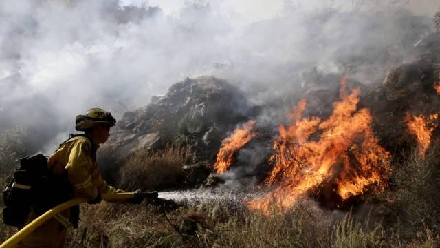 Brandbekämpfung bei Azusa im US-Bundesstaat Kalifornien