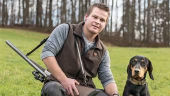 «Das Tier darf nicht leiden»: Das ist für Wildhüter Yannick Steffen (hier mit Hund Xaro) die Maxime. Kenneth Nars