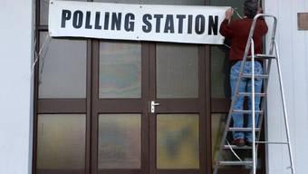 Einrichten eines Wahllokals in Ravensdale im Nordwesten Irlands