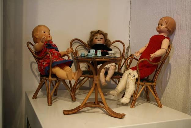 Drei Puppen treffen sich zum Kaffee