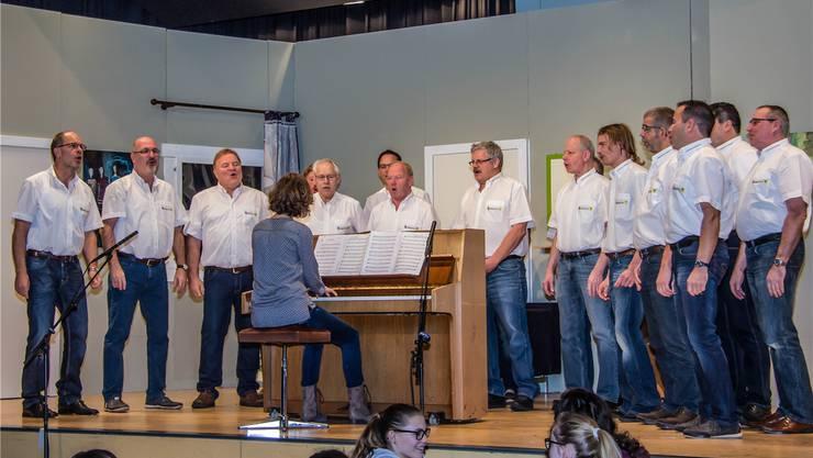 Männerchor Beinwil am traditionellen Jahreskonzert, am Klavier die Dirigentin Theres Meienberg.