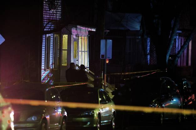 Das Haus, in dem der 19-Jährige wohnte und starb, ist nach der Tötung am Freitagabend abgesperrt.