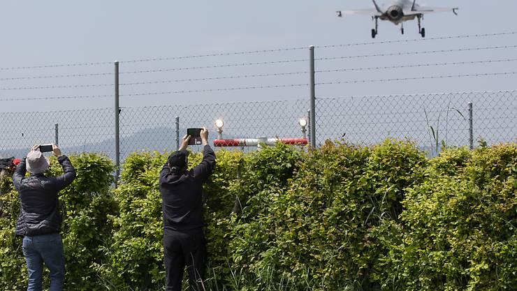 Flugzeugfans - sogenannte Planespotter - fotografieren den Start des Lockheed Martin F-35A Kampfflugzeuges in Payerne. (Archivbild)