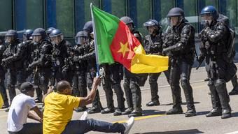 Gegen die Präsenz des kamerunischen Präsidenten in Genf gab es Demonstrationen, an denen die Polizei zum Teil Tränengas und Gummischrot einsetzte.