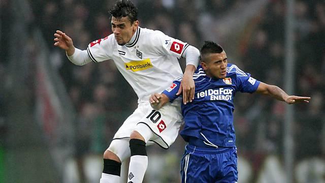 Igor de Camargo (links) im Luftduell mit Leverkusens Arturo Vidal
