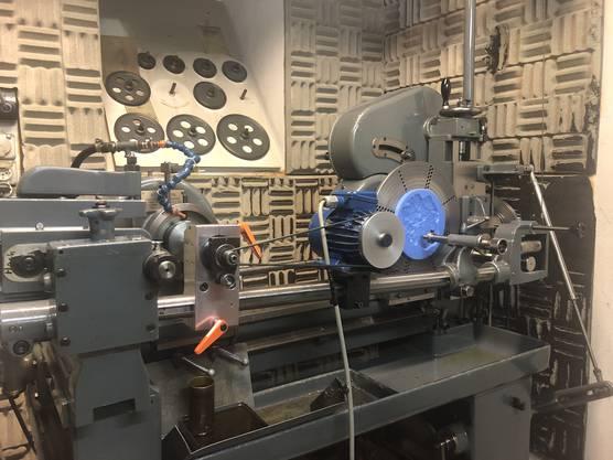 Das blaue Negativ wird im Pantograf rechts im Bild exakt auf das jeweilige Format, etwa Bijou oder Zugsplakette, verkleinert. Das Unternehmen produziert seit 1939 die Basler Fasnachtsplaketten.