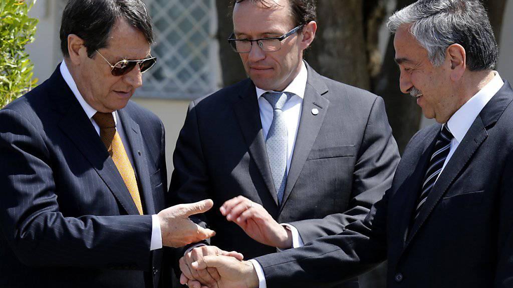 Verlängern ihre Gespräche über die Zukunft Zyperns: Die politischen Führer der griechischen und türkischen Zyprer mit UNO-Verhandlungsführer. (Archivbild)