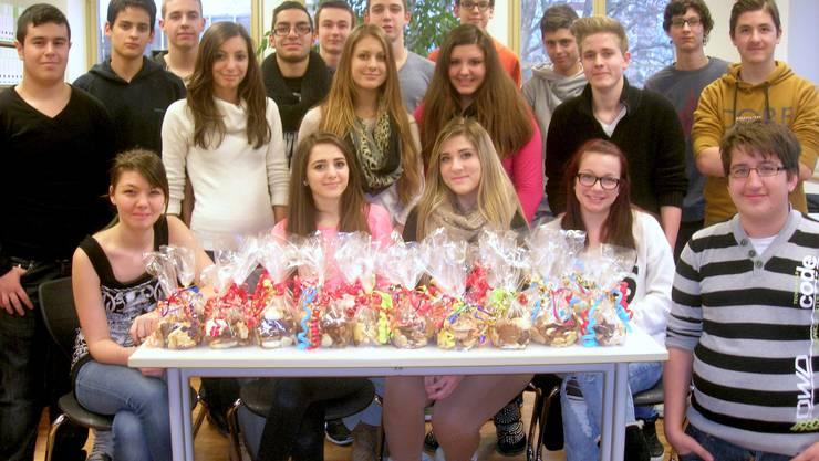 """Die Lernenden der Klasse A24 setzten sich mit dem Verkauf von Weihnachtsguetzli für das Projekt von """"Living Education"""" ein."""