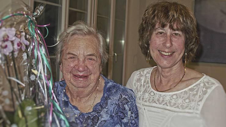 Präsidentin Beatrice Schneebeli ehrt die noch immer aktive Heidi Bader mit der Ehrenmitgliedschaft. Bild Monika Karrer