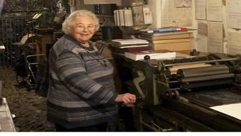 Hanny Hofmann (83) vor einer Heidelberger Buchdruck-Abziehpresse, auf der ihr im September 2012verstorbener Mann Richard Hofmann viele Druck-Erzeugnisse über die Stadt Laufenburg druckte. sk