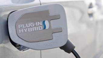 Ein Plug-in-Hybridauto hat einen Elektromotor und einen Verbrennungsmotor an Bord.