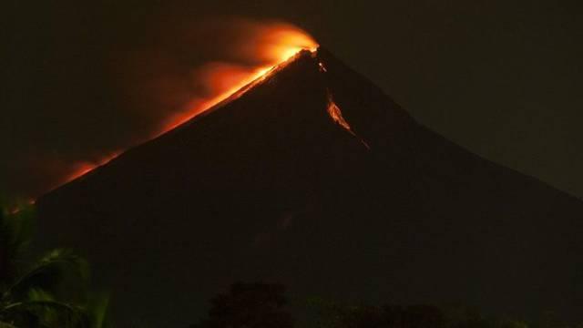 In der Nacht leuchtende Lava am Feuervulkan in Guatemala