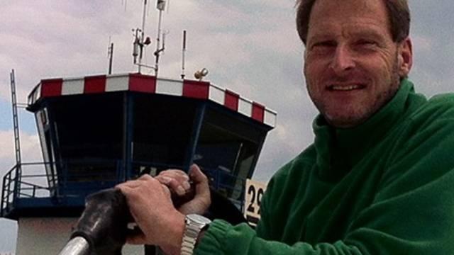 Martin Dalla Vecchia betankt seine Cessna. zvg