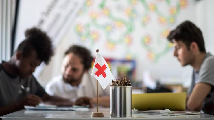 Das Bundesamt für Migration (SEM) hat die Mandate für die Betreuung von Asylbewerbern im Bundeszentren neu vergeben. Zum Zug kommen die ORS Service AG und die Asyl-Organiation Zürich (Archivbild)