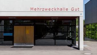 Hier soll die Gemeindeversammlung stattfinden: Die sanierungsbedürftige Mehrzweckhalle Gut. (Archivbild)