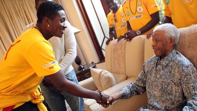 Der Unglücksschütze Asamoah Gyan mit Mandela