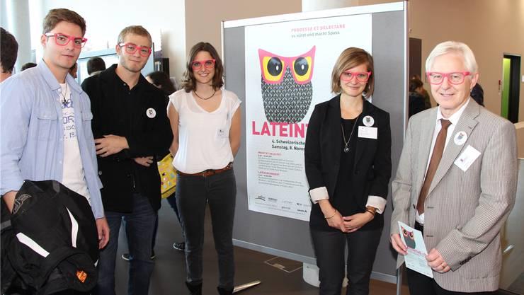 OK-Präsident Pius Meyer (ganz rechts) freut sich sichtlich über das Interesse am Lateintag.