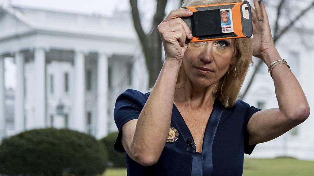 Topberaterin von Präsident Donald Trump, Kellyanne Conway, tritt in Washington vor die TV-Kamera.
