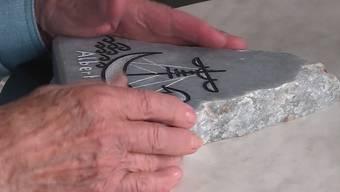 Die Freude bei der 92-jährigen Alice Moser ist riesig: Nach über 2 Monaten taucht die gestohlene Grabplatte ihres verstorbenen Bruders wieder auf.