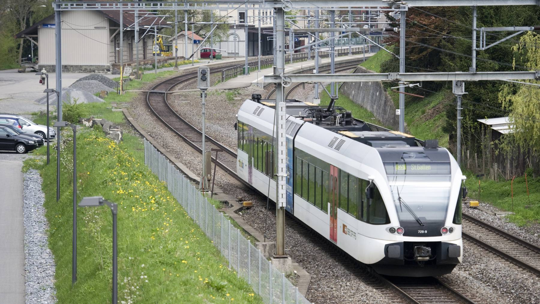 Die S5 beim Bahnhof Bruggen.