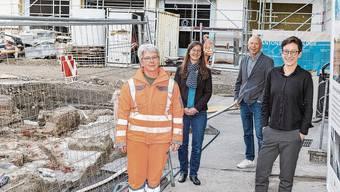 Archäologin Andrea Schaer mit dem Redaktionsteam: Sara Venzin, Nick Stöckli und Salome Egloff vor der Kurplatz-Baustelle. Es fehlt Benjamin Ryser. «Baden in Baden»: Die Badener Neujahrsblätter 2021.