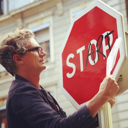 Clet Abraham verewigte sich schon auf Hunderten von Strassenschildern in zahlreichen Städten. Foto: catherinekohler/Instagram