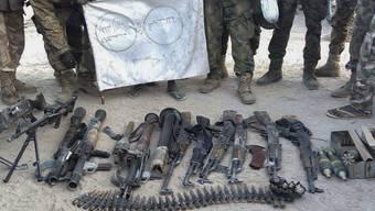Die nigerianische Armee präsentiert Waffen, die sie von Boko-Haram-Kämpfern konfisziert hat.
