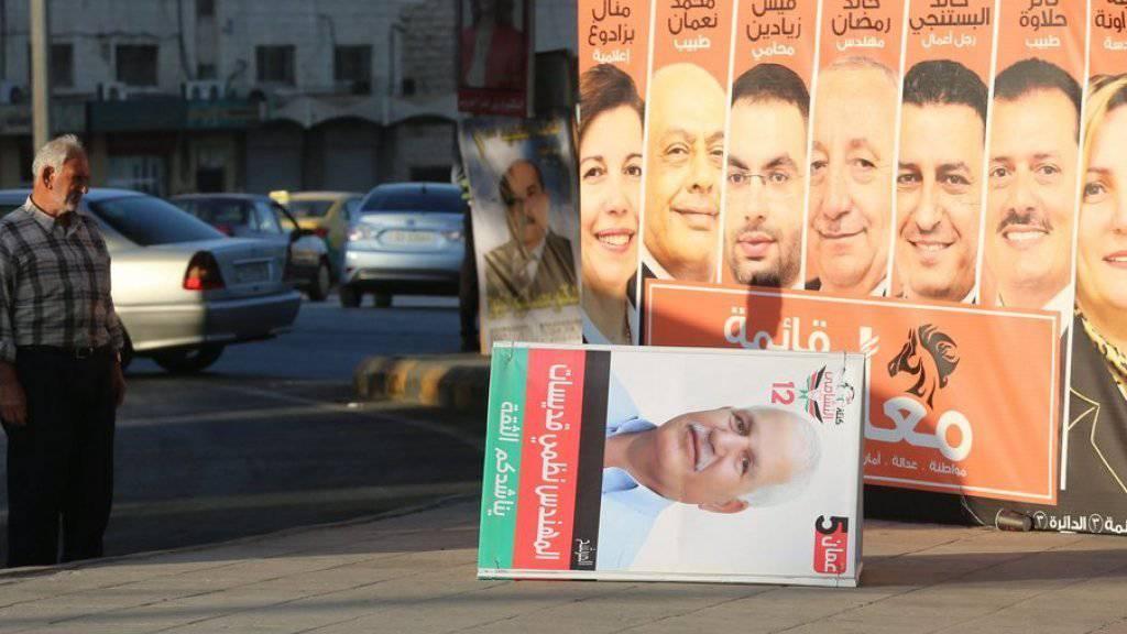 Ein Mann betrachtet Wahlplakate in Jordaniens Hauptstadt Amman. Die Jordanier wählen ein neues Parlament. Dieses verfügt im Königreich indes nur über beschränkte Befugnisse. (Archiv)