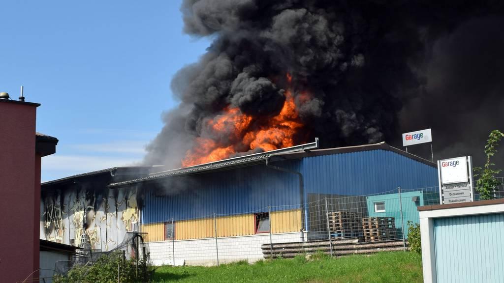 Grosser Schaden bei Brand von Werkstatthalle in Sempach