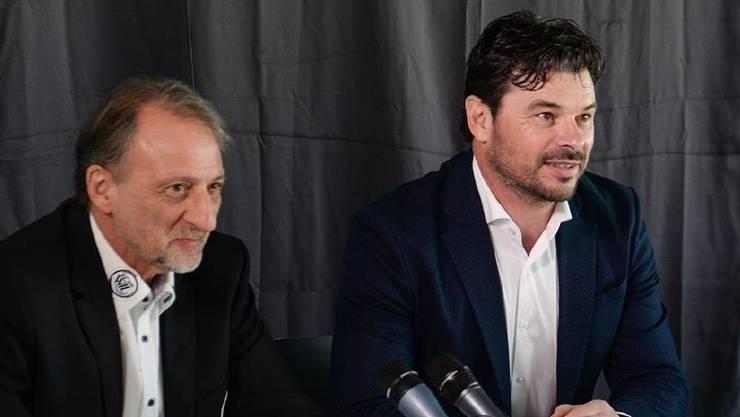 FC-Wil-Mediensprecher Dani Wyler mit Ciriaco Sforza an der Medienkonferenz.
