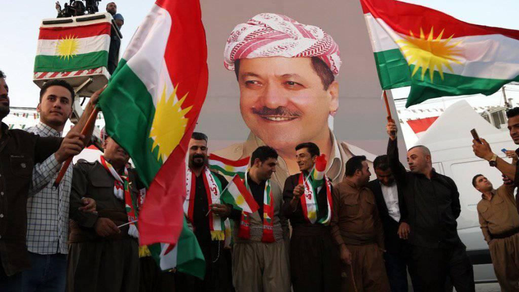 Irakische Kurden in Erbil mit einem Porträt ihres Präsidenten Massud Barsani. (Archivbild)