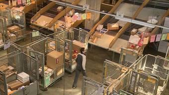 Dreimal so viele Lebensmittelpakete, 30 Prozent mehr Sperrgutsendungen: ein Einblick ins Post-Paketzentrum in Härkingen.