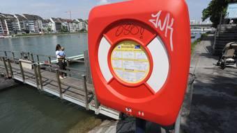 Zu knallig: Die roten Rettungsringkästen stören laut der Stadtbildkommission und Denkmalpflege das Stadtbild.