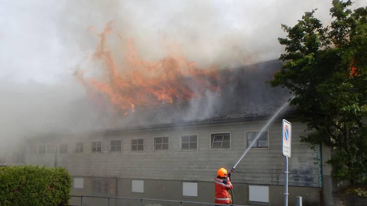Das Feuer in der alten Turnhalle in Güttingen TG verursachte am Montagabend einen Schaden von mehreren hunderttausend Franken. Jugendliche sollen den Brand verursacht haben.