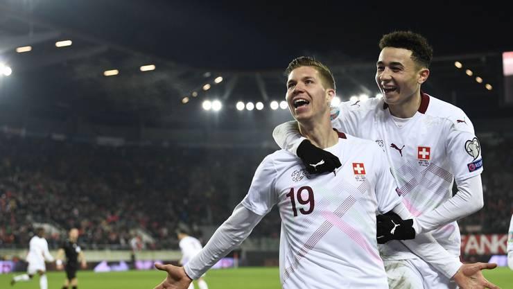 Gemeinsam mit Ruben Vargas (rechts) feiert Cedric Itten sein Tor gegen Georgien.