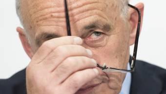 «Finanzminister Ueli Maurer bucht ein Seminar bei der Hellseherin Uriella, um seine prognostischen Fähigkeiten zu verbessern.  Das ist bitter nötig, denn 2016 war für ihn ein Jahr zum Vergessen.» (Archivbild)