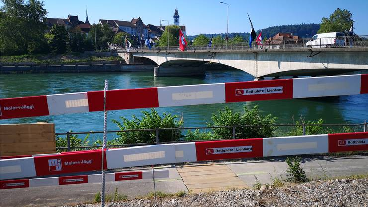 Die Ufer sind gerodet, die Absperrungen montiert: Am Montag startet hier der Bau der Hilfsbrücke.
