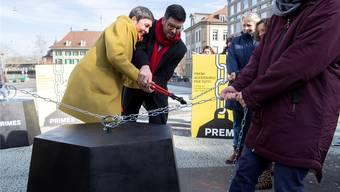 SP-Nationalrätin Barbara Gysi (SG) und SP-Nationalrat Angelo Barrile (ZH) lancierten gestern in Bern die Prämieninitiative.
