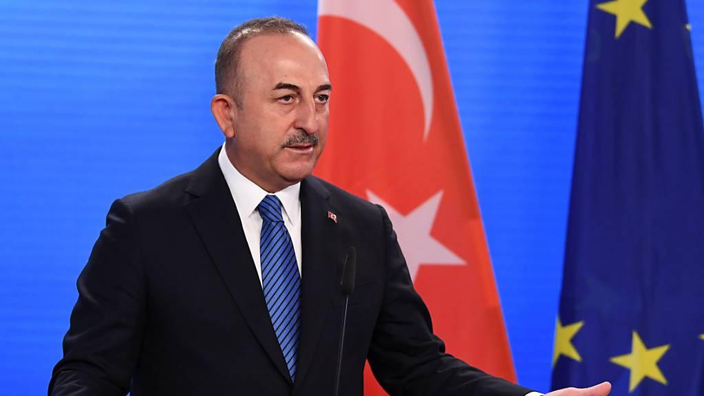Der türkische Außenminister Mevlüt Cavusoglu gibt nach einem Treffen mit dem deutschen Außenminister Maas im Auswärtigen Amt eine Pressekonferenz. Foto: Annegret Hilse/Reuters Pool/dpa