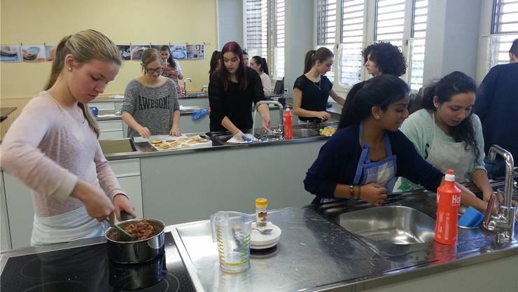 Im neuen Schulpavillon an der Bernstrasse soll eine Schulküche mit sechs Kochinseln realisiert werden. «2,3 Mio. Franken sind zu viel für einen unnötigen Küchenpavillon», sagt jedoch die SVP. (Symbolbild)