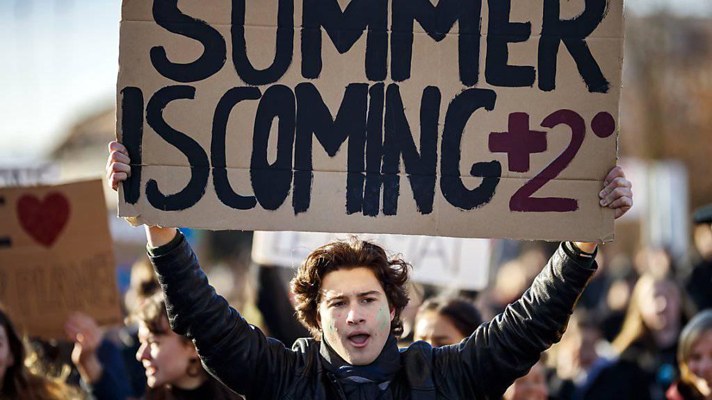 «Plus 2 Grad im Sommer», hat dieser Schüler in Lausanne auf sein Karton-Transparent geschrieben.