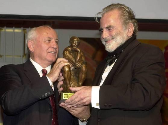 Michail Gorbatschow überreicht Schell im November 2000 einen Ehrenpreis für sein schauspielerisches Lebenswerk.
