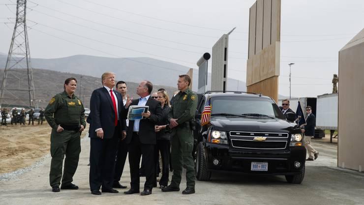 Donald Trump begutachtet im März 2018 Mauer-Prototypen in San Diego