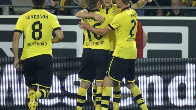 Dortmunds Marco Reus (2.v.r.) erster Torschütze der Jubiläumssaison