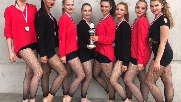 Vanessa Lupi, Maya Singh, Lea Walker, Marisa Barrière, Manon Niederhauser, Annina Barrière, Sarah Matter und Lena Flückiger freuen sich über ihren zweiten Platz.