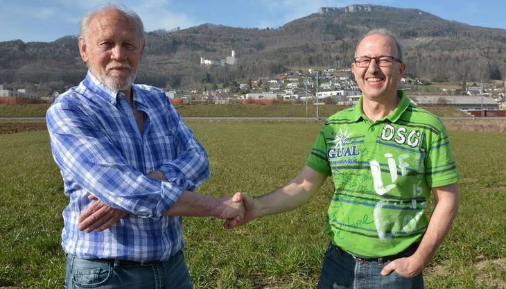 Vertragen sich: RCO-Präsident Ruedi Zimmermann (links) und VHC-Präsident Hans Schnider reichen einander vor der Kulisse des grössten Feuerwerks der Schweiz die Hand.