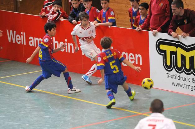 Auch an der Bande kämpfen die Basler Kerem Uzakgider (links) und Aaron Knäbel (Nr. 5) um jeden Ball.