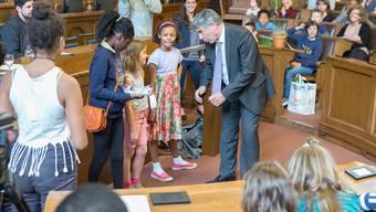 Regierungsrat Christoph Eymann verneigt sich im Rahmen des Projekts «KinderMitWirkung» vor den Wünschen des Nachwuchses. (Archiv)