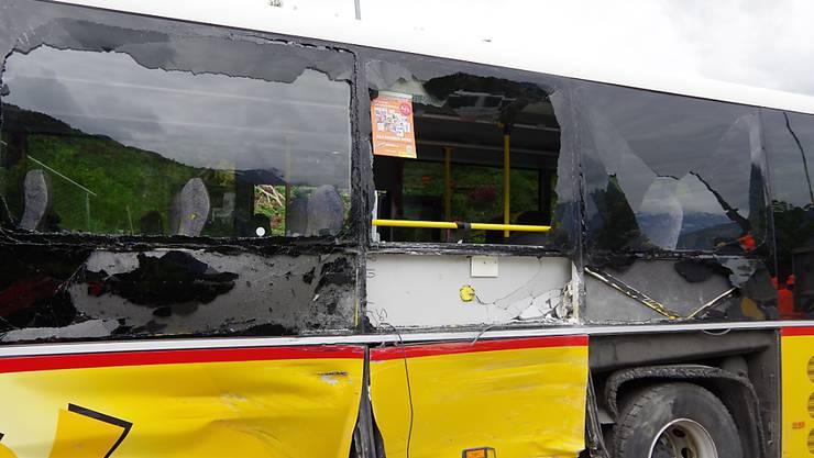 Ein LKW ist oberhalb von Chur in die Seite eines Postautos gekracht und hat es schwer beschädigt. Vier Kinder wurden leicht verletzt.